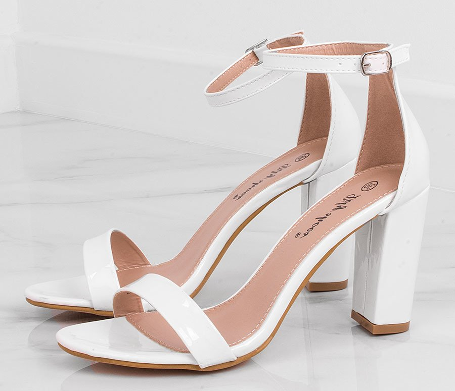 białe sandały na obcasie slubne
