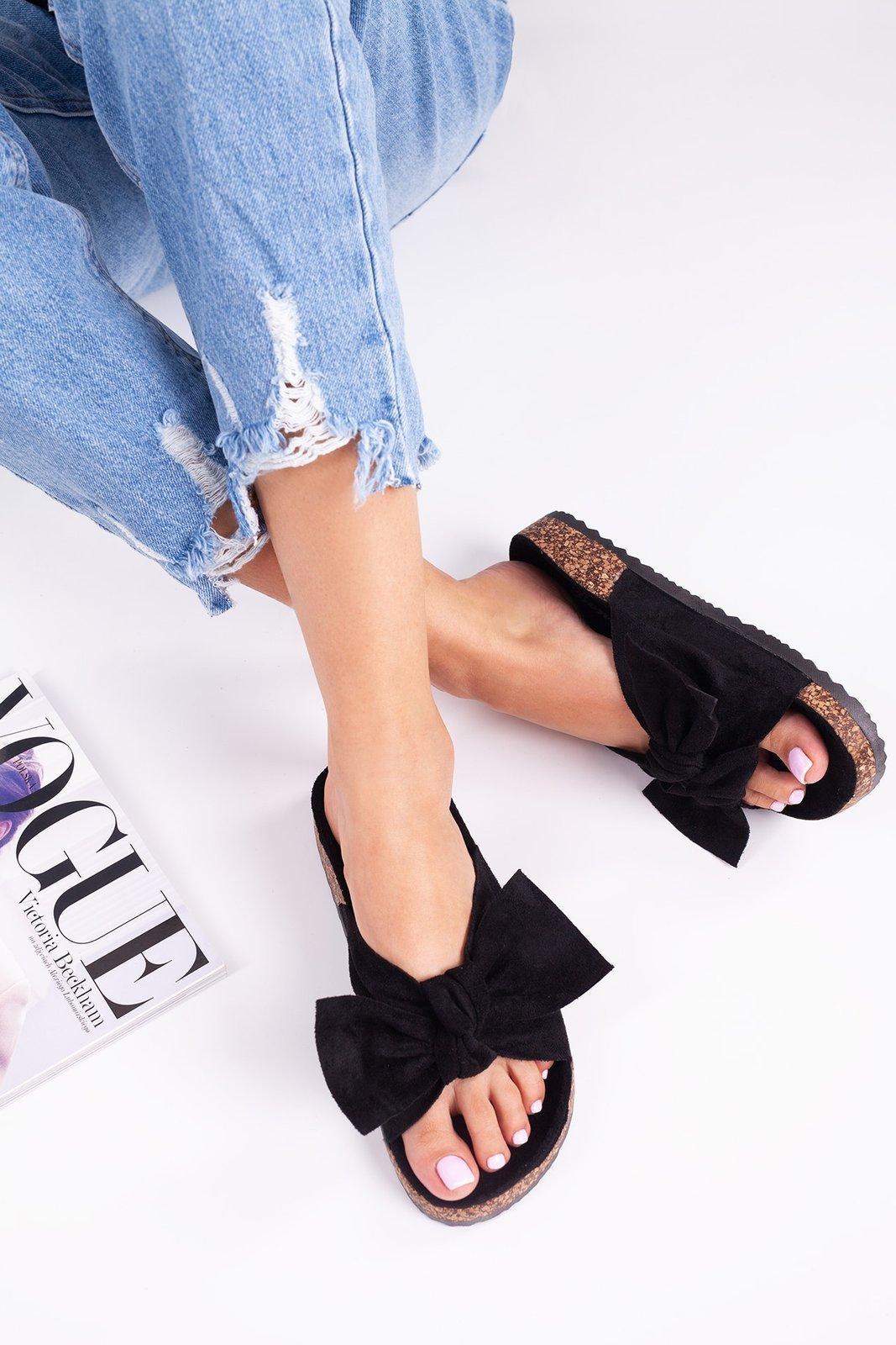 Czarne klapki na korku z kokardą buty damskie